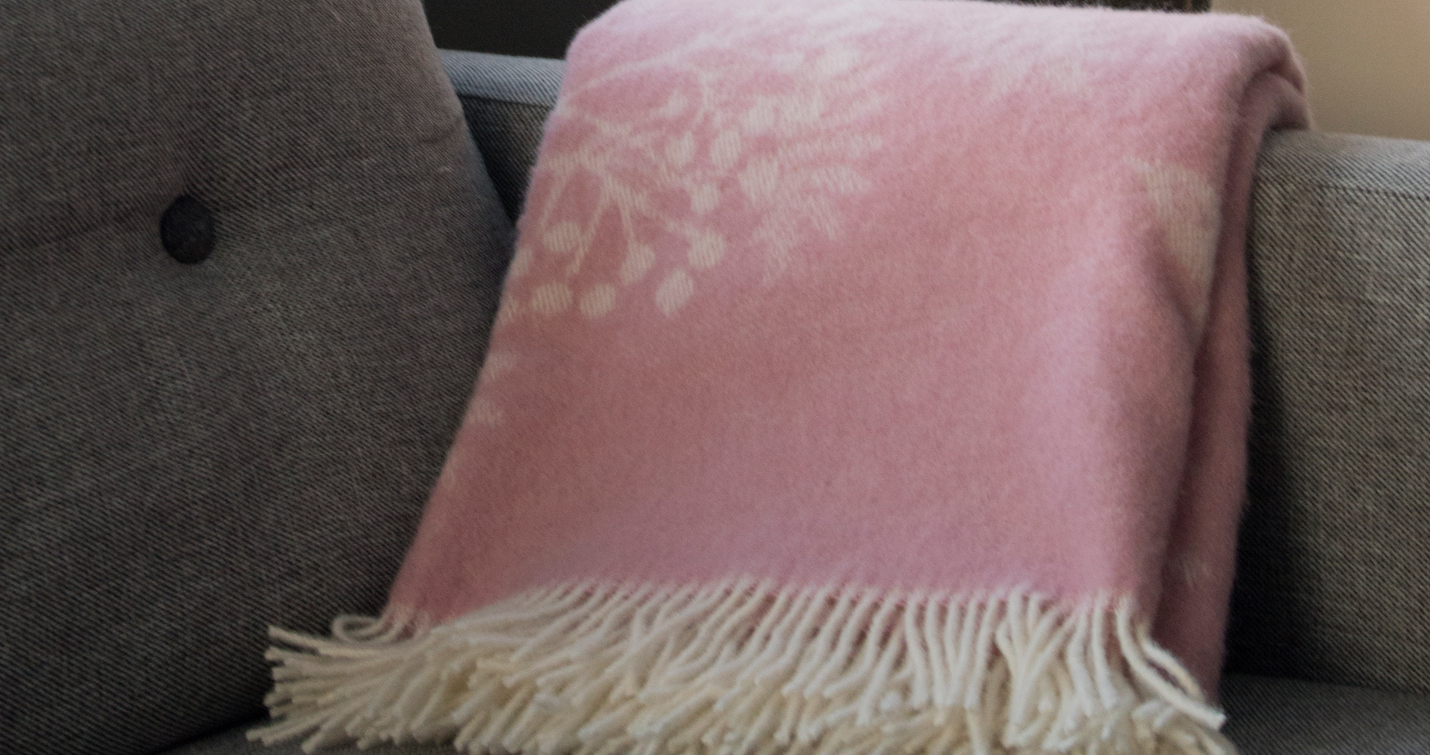 bleika teppid i graum sofa